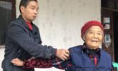 """盲人儿子弃""""高薪""""回家养85岁老母"""