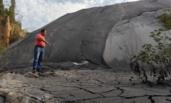 化学垃圾倾倒农田 举报后用黑布掩盖