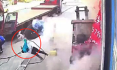 轮胎爆炸 妈妈抱婴儿出门瞬间被炸飞
