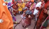 印度村民庆祝棒打男人节