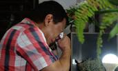 菲版川普当选总统 在父母坟前报喜大哭
