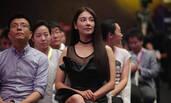 张雨绮穿透视黑裙出席活动 大秀事业线