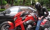 周杰伦戴头盔低调出行 结果被他的豪华坐骑出卖了