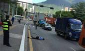 深圳:水泥搅拌车追尾电瓶车 辅警头被压扁