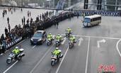 警察李钢牺牲 民众列队送别