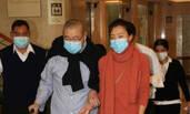 刘銮雄连续三天看医 手扶妻子甘比状态一般