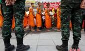 泰国法身寺僧侣出门化缘 士兵严加看守