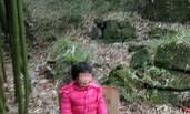 四川2岁小女孩寒冬中被父亲拴外婆坟前