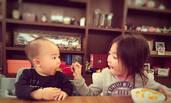 李小鹏女儿张嘴给弟弟喂饭 吃完俩娃都笑了