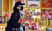 田朴珺超市买瓜子接地气 穿个紧身裤暴露了腿部线条