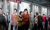 朝鲜平壤站台送别场面 落泪追车