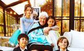 有爱!诺一霓娜为100岁太姥姥过生日