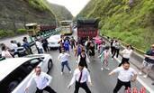 西安高速公路堵车 乘客们下车尬起舞