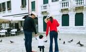 奶茶妹妹晒女儿 刘强东一家三口温馨合照曝光
