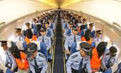 山东警察包机从黑龙江押解嫌犯画面