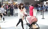 张子萱推女儿首现机场 一路护娃见镜头忙遮挡