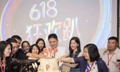 奶茶妹妹现身公司派对 与刘强东开心切蛋糕