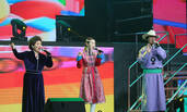 吉祥三宝广州演唱成名曲引共鸣,这次是真女儿!