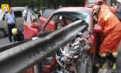 小车被护栏插穿 司机当场身亡