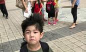 安吉小学一年级开学 背着书包表情亮了