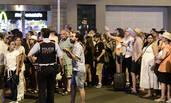 游客在街头等待警察允许他们返回酒店