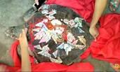 渔民捕百斤大海龟 绑着人民币放生