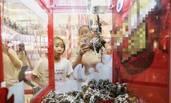 杭州某商场现大闸蟹夹娃娃机