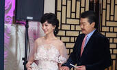 63岁赵雅芝白色蕾丝长裙优雅 与老公十指紧扣好恩爱