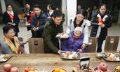 黄晓明回青岛母校建大楼 陪空巢老人吃饭看比赛