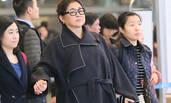 59岁倪萍现身一路被搀扶 带妆上阵面部略浮肿