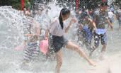 """云南泼水节 游客市民""""湿身""""狂欢"""