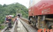 村民无路可走 冒险穿铁路数十年