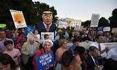 """美国民众白宫外抗议特朗普""""叛国"""""""