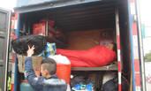 司机为省路费 将车厢改成床铺挤8人回家过年