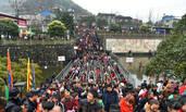 十万人到桥上祈福 他们在桥下捡钱