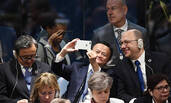 马云在联合国大会上玩自拍