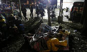 墨西哥:亲属被埋,他们打地铺彻夜等待