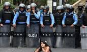 洪都拉斯抗议现场 女子趴地挑衅警察