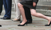 英首相向王子行屈膝礼遭嘲笑