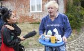 前英外交大臣从家里端出茶杯请记者喝茶