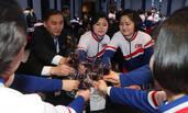 朝鲜拉拉队出席欢迎晚宴