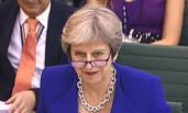 特蕾莎·梅下议院讲话 粗项链、眼镜抢镜