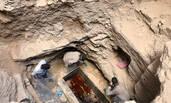 埃及考古人员开启巨型石棺 共发现三具木乃伊