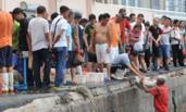 """青岛""""开海"""" 市民排成人墙扫货"""