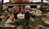 加拿大:龙卷风袭击后房屋汽车被毁