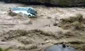 大巴被洪水卷走 像玩具一样被抛来抛去