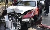 北京:劳斯莱斯撞坏行道树及护栏