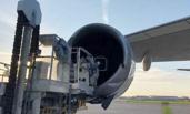 司机驾牵引车撞坏飞机2.4亿发动机