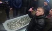 俄7青年抬一浴缸硬币买苹果手机