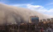 甘肃:沙尘暴来袭 沙墙高达上百米